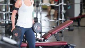 Woman_lifting_weights